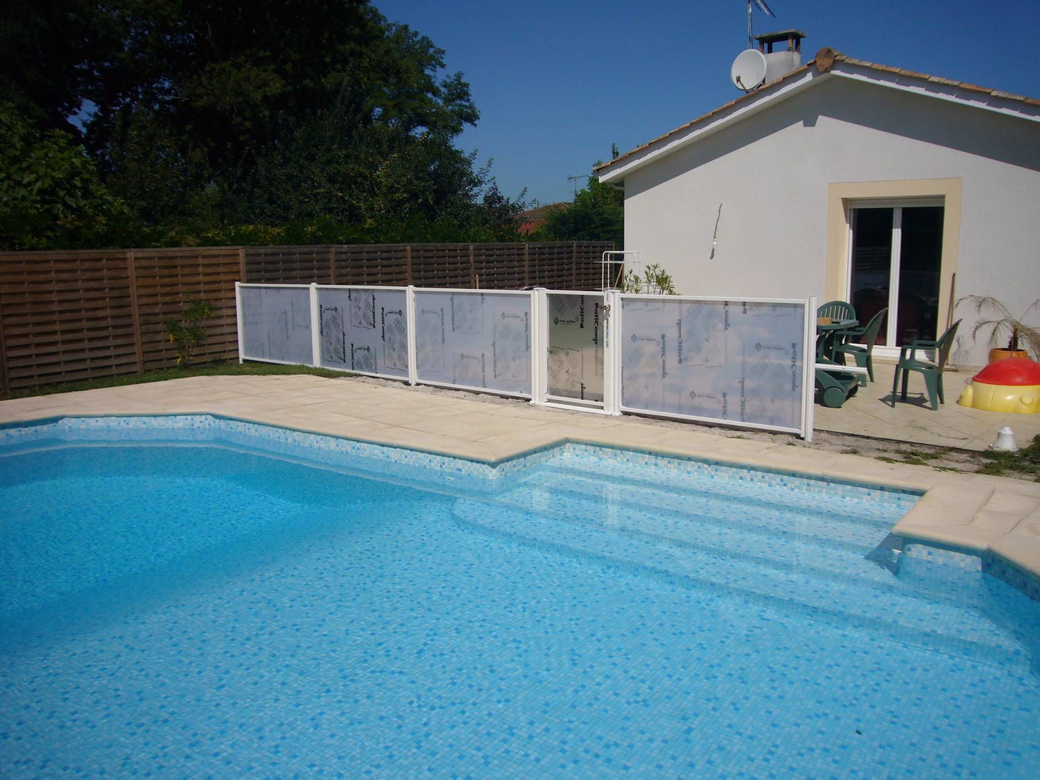 Photo 122 barrieres de piscine pour les grands campings for Norme securite piscine